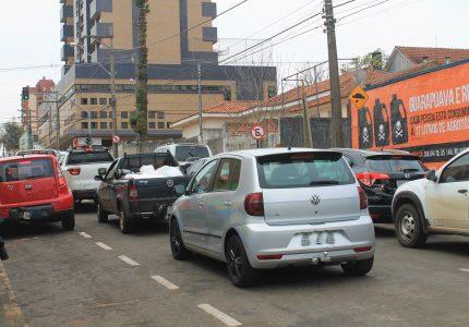 Motoristas cometem irregularidades ao deixar e buscar os filhos na escola