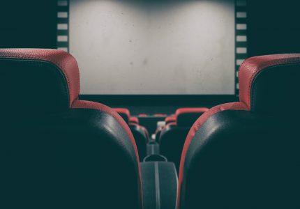 Projeto de lei garante sessões de cinema adaptadas para pessoas com autismo e síndrome de Down no Paraná