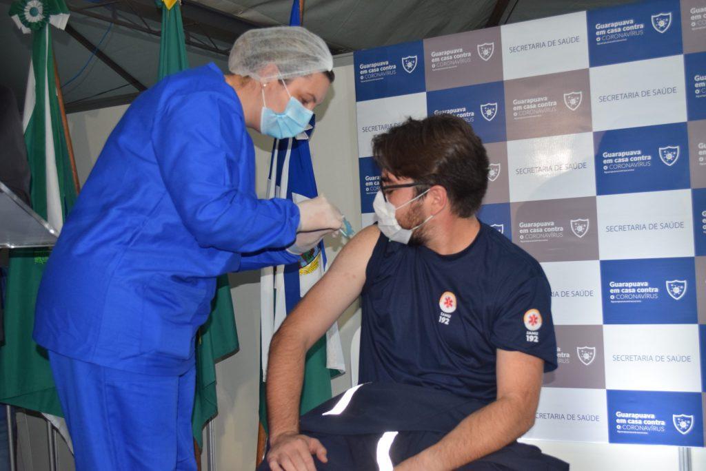 Profissionais da saúde são os primeiros a receber a vacinação contra a Covid-19 em Guarapuava