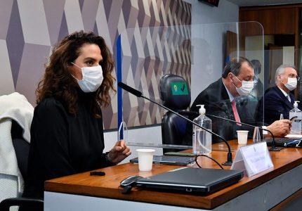 Discutir cloroquina é 'escolher de que borda da Terra plana a gente vai voar', afirma médica à CPI