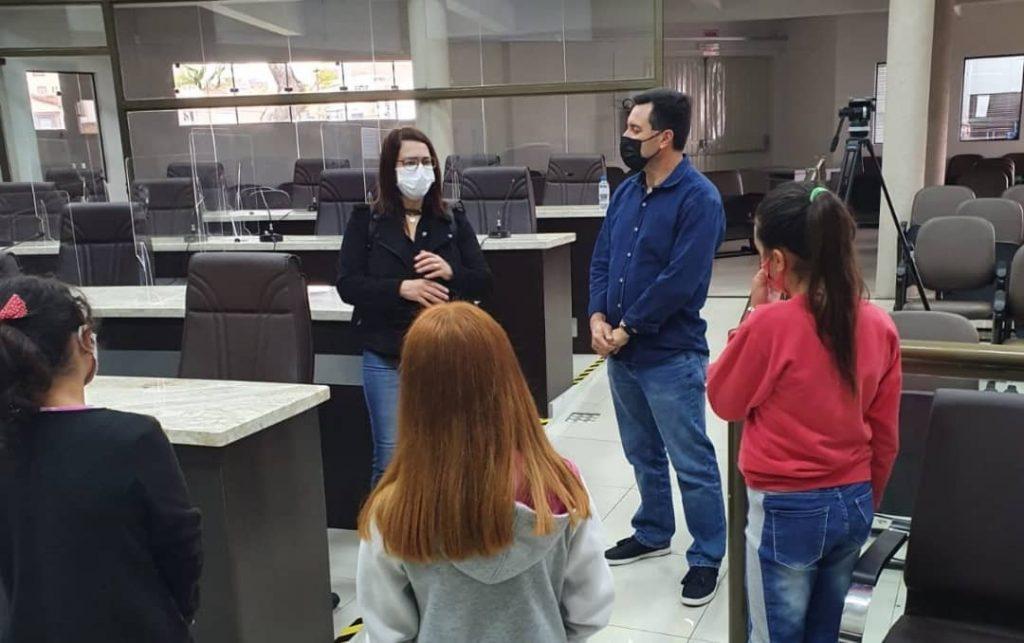 Mulheres na política: alunas do ensino fundamental conhecem Poder Legislativo e rotina de vereadora em Guarapuava