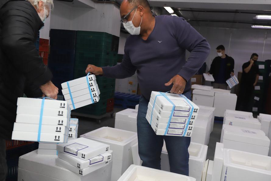 Mais 554,5 mil vacinas contra a Covid-19 chegam ao Paraná; maioria é para dose de reforço